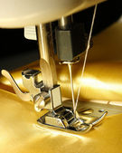 Machine à coudre avec tissu or closeup — Photo