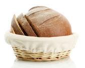 Sabroso rebanada pan de centeno en la cesta, aislado en blanco — Foto de Stock