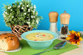 Geurige soep in blauw bord op tafel op blauwe achtergrond close-up — Stockfoto
