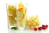 Vidrios transparentes con frutas cítricas, aislados en blanco — Foto de Stock