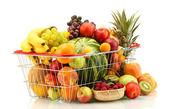 Surtido de frutas exóticas en cestillo aislado en blanco — Foto de Stock