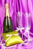 Accesorios de boda sobre fondo de tela púrpura — Foto de Stock