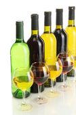 Botellas y vasos de vino aislados en blanco — Foto de Stock