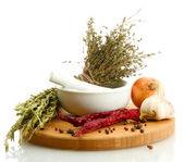 сушеные травы в раствор и овощи, isolatrd на белом — Стоковое фото