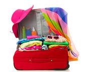 Rote reise koffer mit persönlichen gegenständen isoliert auf weiss — Stockfoto