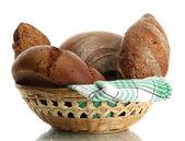 Sabrosos panes de centeno en la cesta, aislados en blanco — Foto de Stock