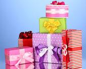 Bunte geschenke auf blauem hintergrund — Stockfoto