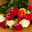 Bouquet of beautiful roses on wooden background close-up — Stock Photo