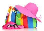 Strand tas met accessoires geïsoleerd op wit — Stockfoto