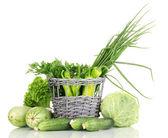 Taze yeşil sebze sepeti üzerine beyaz izole — Stok fotoğraf