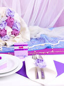 Serving fabulous wedding table in purple color on white fabric background — Stock Photo