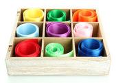 炫彩丝带在木盒中,孤立在白色 — 图库照片