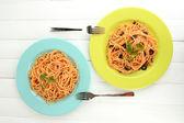 Spaghetti italiani nei piatti sul tavolo di legno — Foto Stock