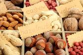 Assortimento di gustosi dadi in scatola di legno, da vicino — Foto Stock