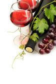 瓶和酒和成熟的葡萄在白色孤立的眼镜 — 图库照片