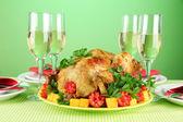 Mesa de banquete con pollo asado en primer plano de fondo verde. acción de gracias — Foto de Stock