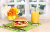 Apetyczne kanapki na tabliczce koloru na drewnianym stole na tle okna — Zdjęcie stockowe