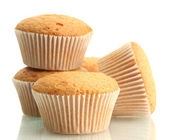 Dolci gustosi muffin, isolati su bianco — Foto Stock