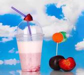 вкусный молочный коктейль с фруктами на столе на фоне синего моря — Стоковое фото