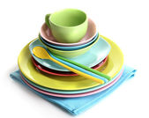 Assiettes colorées sur serviette isolé sur blanc — Photo