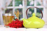 Čaj s červenými Kalina na stole na světlé pozadí — Stock fotografie