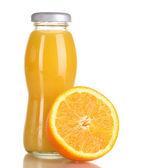 вкусный апельсиновый сок в бутылку и оранжевый рядом с ним изолирован на белом — Стоковое фото