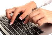 白い背景の上のラップトップ コンピューターに入力するビジネス女性の手を閉じる — ストック写真