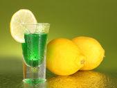 Pile d'absinthe sur fond vert — Photo