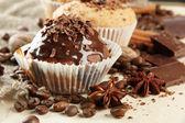 Pasteles sabrosos panecillos con semillas de café, chocolate y especias, en color beige backgr — Foto de Stock