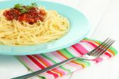 Italské špagety v desce na dřevěný stůl — Stock fotografie