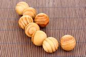 Bolas de madera en la estera de bambú — Foto de Stock