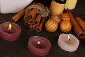 Impostazione bella spa al cioccolato su sfondo di bambù tavolo in legno con rifl — Foto Stock