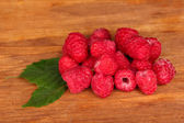 Fresh raspberries on wooden background close-up — Стоковое фото
