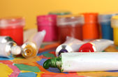 Tubi con acquerello colorato e vasetti con gouache su foto colorate cl — Foto Stock