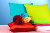 Yastıklar ve mavi renkli havlu — Stok fotoğraf