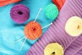 Barevné vlněné svetry a koule vlny detail — Stock fotografie