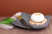 Impostazione di aromaterapia su sfondo marrone — Foto Stock