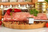 композиция из сырого мяса, овощей и специй макро — Стоковое фото