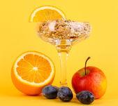 мюсли легкие в вазе для десерты с фруктами на желтом фоне — Стоковое фото