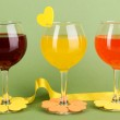 Colorful cocktails with bright decor for glasses on green background — Stock Photo