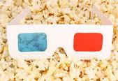 кинотеатр очки на фоне попкорн — Стоковое фото