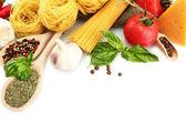 Espaguetis pasta, verduras y especias, aisladas en blanco — Foto de Stock