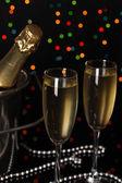 Celebratory chamber mit gläsern auf christmas lights hintergrund — Stockfoto