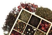 Assortimento di tè asciutto in scatola di legno, isolato su bianco — Foto Stock