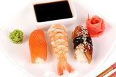 Délicieux sushis servis sur gros plan plaque — Photo