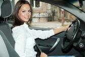 Giovane e bella donna in auto — Foto Stock