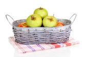 Reife äpfel im korb isoliert auf weiss — Stockfoto