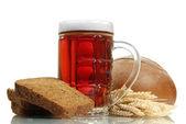 Tankard van kvas en rogge brood met oren, geïsoleerd op wit — Stockfoto