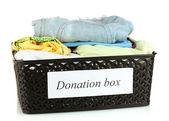 Caja de la donación con ropa aislado en blanco — Foto de Stock