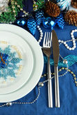 Serving Christmas table in blue tone close-up — Stockfoto